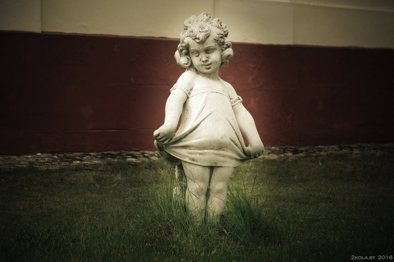 Скульптура девочки. Дворец Тизенгауза